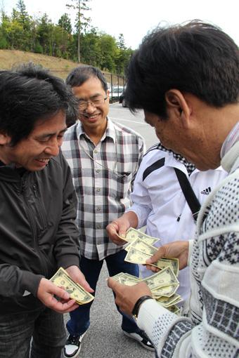 お金を見せ合う大人たち