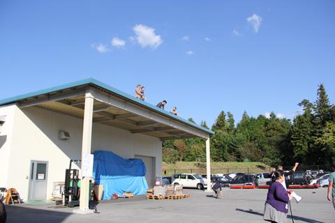 屋根の上のオトコ達