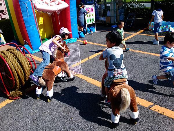 馬に乗る子供たち